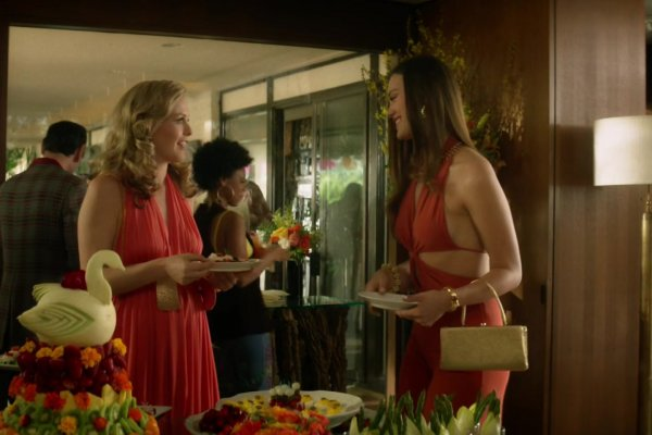Titulky k American Woman S01E03 - The Party