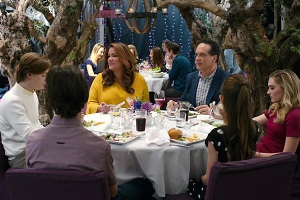 Titulky k American Housewife S04E19 - Vacation!